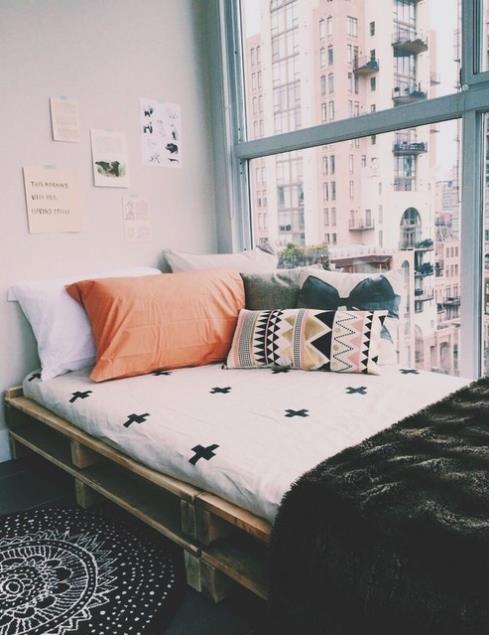 8f46afda4b66 Τέτοιου είδους κρεβάτια έχουμε συνηθίσει να τα βλέπουμε στο κέντρο του  δωματίου. Μπορείς όμως να δημιουργήσεις ακόμα και ένα στενό κρεβάτι