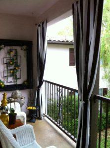 gkri kai mauro kourtina se balkoni