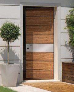 glastra dipla stin porta