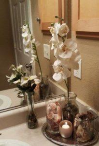 πιατελα με λουλουδι και κερι στο μπανιο