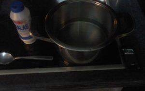 κατσαρόλα με νερό και αλάτι