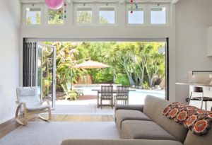 σαλόνι με ανοικτό παράθυρο