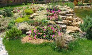 ντεκόρ κήπου με πέτρες και λουλούδια