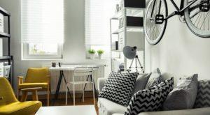 κίτρινες καρέκλες, ασπρόμαυρα μαξιλάρια