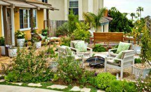 καρέκλες στον κήπο