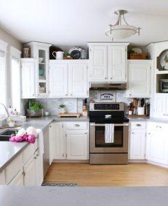 κουζίνα με λευκά ντουλάπια