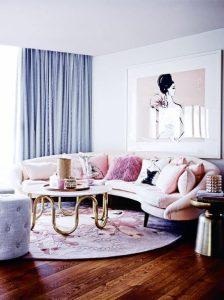 μεγάλο σαλόνι με απαλά χρώματα