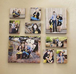 οικογενειακές φωτογραφίες στον τοίχο