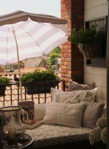 ομπρέλα μπαλκονιού για να αποφύγεις τον ήλιο
