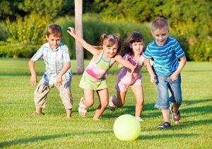 παιδια παιζουν μπαλα