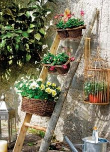 ξυλινη μονη σκαλα με λουλουδια