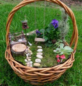 παλιό καλάθι ως γλάστρα για διακόσμηση του κήπου