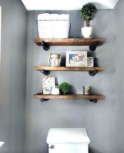 ξύλινα ραφάκια πάνω από την τουαλέτα