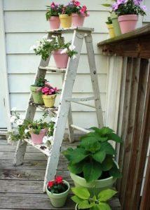 βαμμενη λευκη σκαλα για κηπους