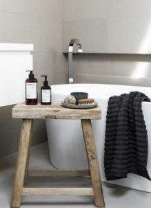 ξύλινο σκαμπό δίπλα από τη μπανιέρα