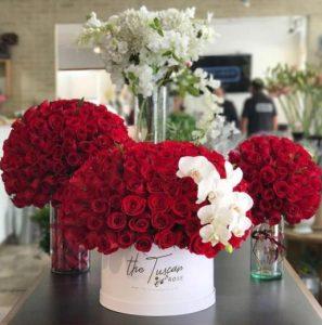 κόκκινα λουλούδια σε βάζα