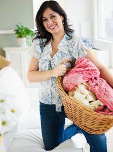 γυναίκα κρατάει καλάθι με ρούχα
