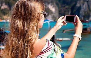 κοπέλα βγάζει φώτο με το κινητό