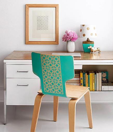 ξύλινη καρέκλα ζωγραφισμένη με έντονα χρώματα και γεωμετρικά σχέδια
