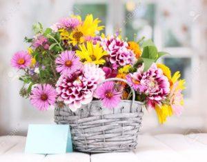 καλάθι με πολύχρωμο μπουκέτο λουλουδιών