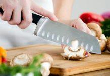 κόψιμο μανιταριών με επαγγελματικό μαχαίρι