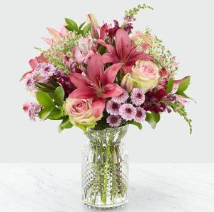 βάζο με ροζ και μωβ λουλούδια