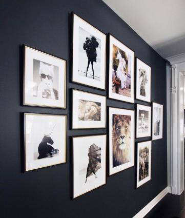 μοντέρνοι πίνακες σε σκουρόχρωμο τοίχο