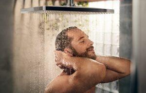 άντρας καθαριότητα μπάνιο