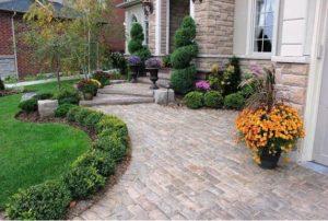 διακόσμηση εισόδου κήπου με δάπεδο παρτέρι και γρασίδι