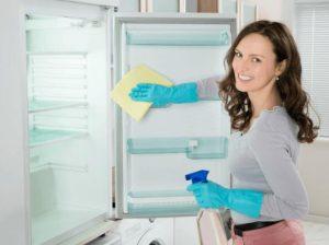 γυναίκα καθαρίζει το ψυγείο