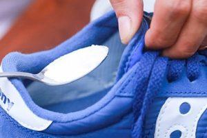 μαγειρική σόδα στα παπούτσια για να μην μυρίζουν