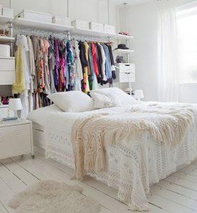 ντουλάπα πίσω από το κρεβάτι