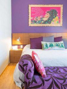μοβ τοίχος σε υπνοδωμάτιο