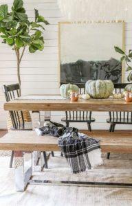 ξύλινο τραπέζι με κολοκύθες