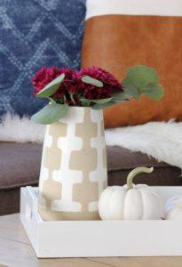 βάζο με μπορντο λουλούδια