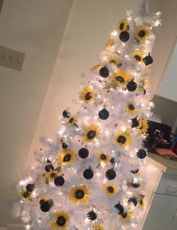 άσπρο δέντρο με λαμπάκια