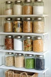 Γυάλινα βάζα με τρόφιμα και μπαχαρικά
