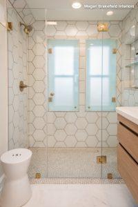γυάλινη πόρτα μπάνιου καθάρισμα
