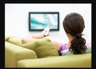 γυναικά βλέπει τηλεόραση