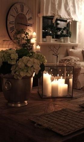 Κεριά σε γυάλινο κουτί στο σαλόνι