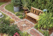 Κήπος με κατασκεύες από τούβλα