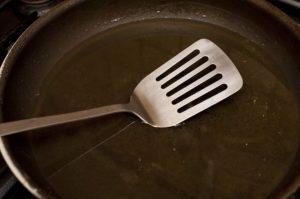 μεταλλική σπάτουλα αντικολλητικό τηγάνι