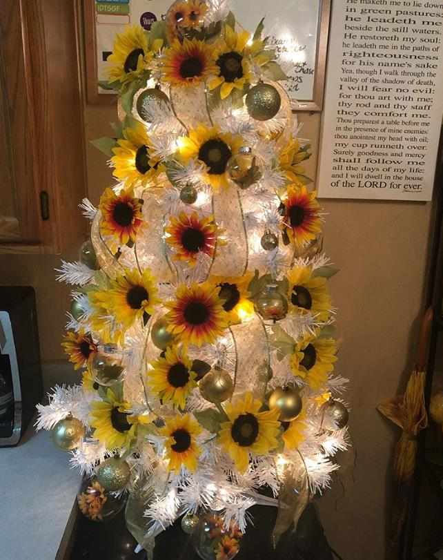Άσπρο δέντρο με ηλιοτρόπια