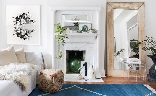 Μικρό σαλόνι με μεγάλο καθρέφτης σε γωνία