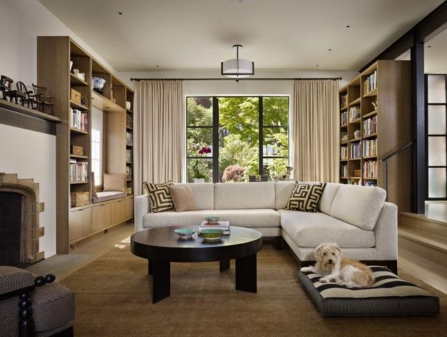Γωνιακός καναπές στη μέση από σαλόνι