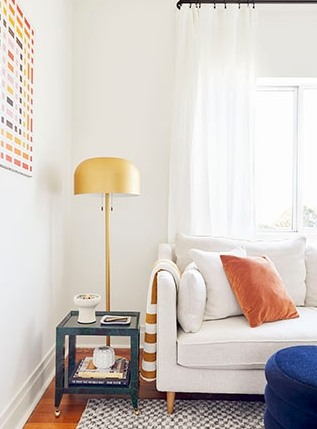 Μικρό σαλόνι άσπροι τοίχοι