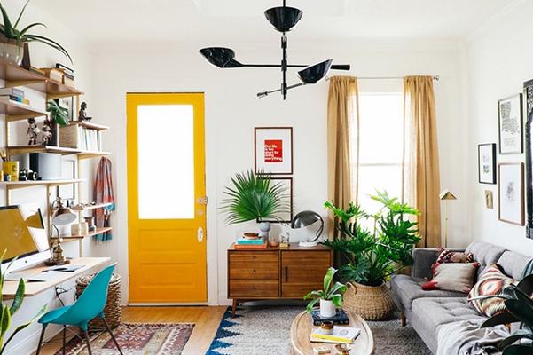 Μικρο σαλόνι φυτά κίτρινη πόρτα