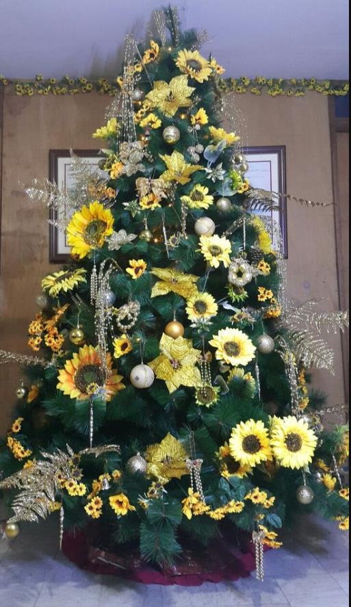 Χριστουγεννιάτικο δέντρο με ηλιοτρόπια ασημένιες μπάλες