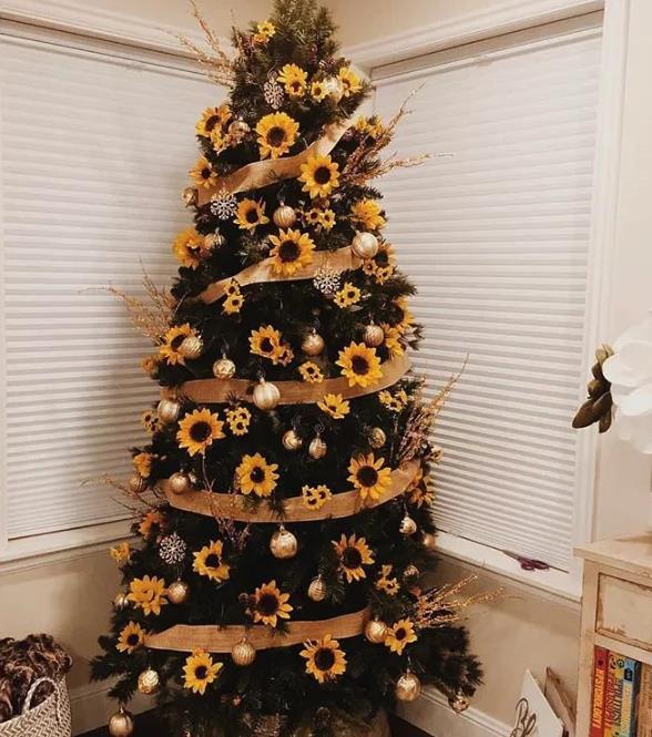 Χριστουγεννιάτικο δέντρο με ηλιοτρόπια χρυσές μπάλες