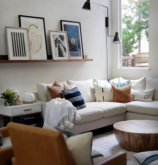 Καναπές και ράφια σε άσπρο τοίχο